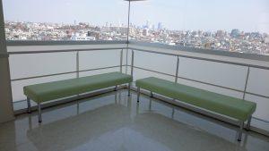 8階の踊り場に設置されたベンチ