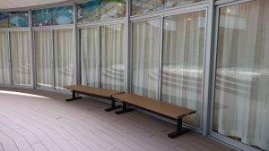アゴラ前デッキのベンチ